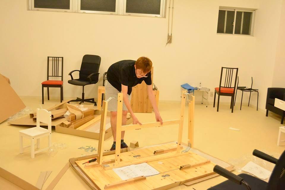 机を組み立てる山下くん