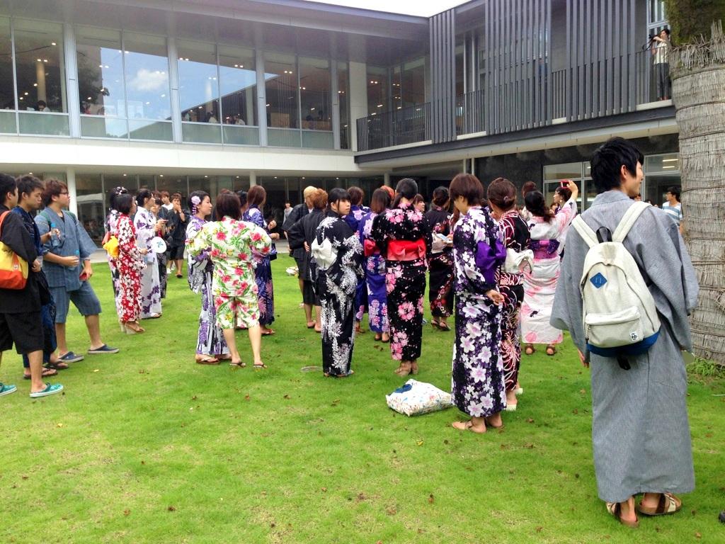 記念撮影に集まる学生たち